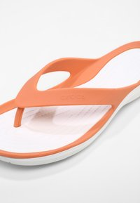 Crocs - SWIFTWATER - Pool shoes - grapefruit/white - 6
