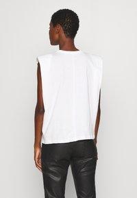 Trendyol - SIYAH - Jednoduché triko - white - 2