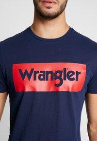 Wrangler - LOGO TEE - T-shirt z nadrukiem - navy - 5