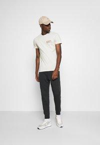 Levi's® - CREWNECK GRAPHIC 2 PACK - T-shirt z nadrukiem - almond milk / blue indigo - 0