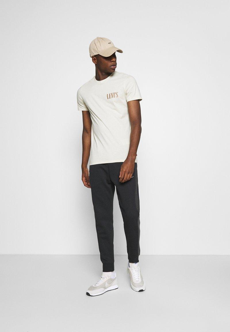 Levi's® - CREWNECK GRAPHIC 2 PACK - T-shirt z nadrukiem - almond milk / blue indigo