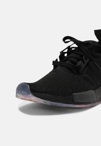 adidas Originals - NMD R1 PRIDE UNISEX - Matalavartiset tennarit - black/rainbow - 6