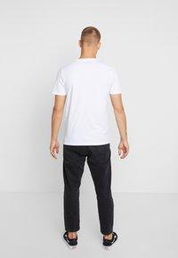 Jack & Jones - JORBASIC TEE CREW NECK 3 PACK - T-shirt - bas - white/black/grey - 3