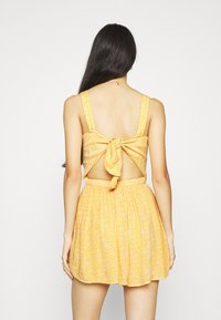 Hollister Co. - WEBEX BARE SMOCKED TIEBACK ROMPER - Overal - yellow - 3