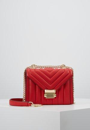 WHITNEY COSTA  - Taška spříčným popruhem - bright red