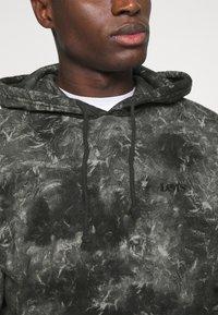 Levi's® - RELAXED FIT LOGO HOODIE UNISEX - Hoodie - black - 3
