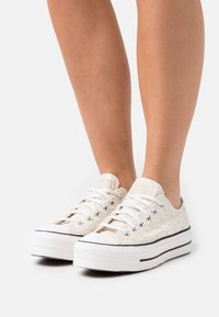 Converse - CHUCK TAYLOR ALL STAR LIFT - Tenisky - vintage white/egret/black - 0