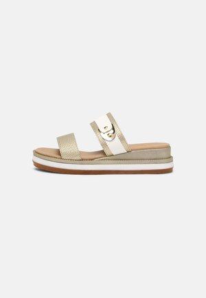 Pantofle - platinum