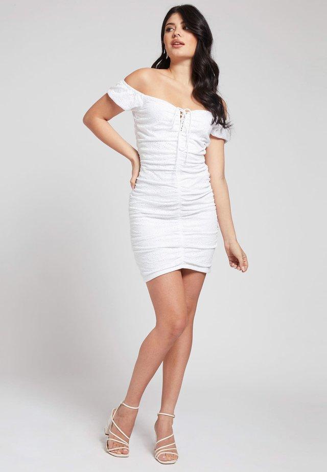 INGRID - Sukienka etui - weiß