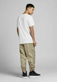 Jack & Jones - JCOBLADE TEE CREW NECK - Print T-shirt - white - 2