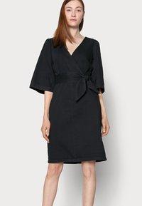 Vero Moda Tall - VMFAYE DRESS - Dongerikjole - black - 3