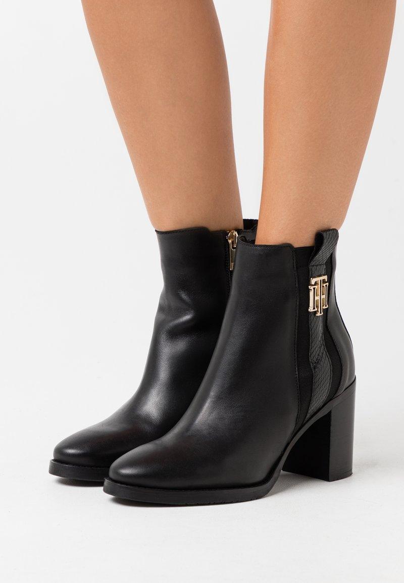 Tommy Hilfiger - INTERLOCK BOOT - Kotníková obuv na vysokém podpatku - black