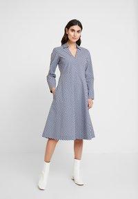 And Less - ALDEBRA DRESS - Denní šaty - blue nights - 0