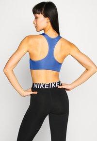 Nike Performance - BRA - Sujetadores deportivos con sujeción media - sapphire/black - 2