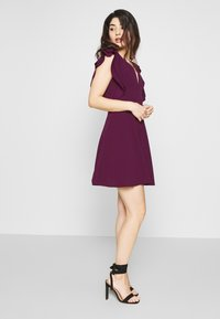 WAL G PETITE - FRILL SLEEVES V NECK FIT AND FLARE DRESS - Denní šaty - plum - 1