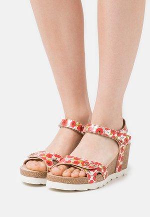 JULIA GARDEN  - Sandály na platformě - red