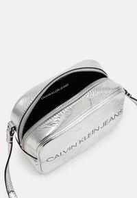 Calvin Klein Jeans - SCULPTED CAMERA BAG - Skulderveske - silver - 2