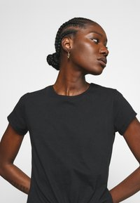 Abercrombie & Fitch - KNOTTED MIDI - Print T-shirt - black - 3