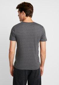 Produkt - SANS TEE  - Print T-shirt - Urban Chic - 2
