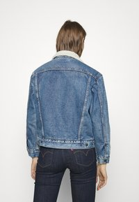 Levi's® - EX-BF SHERPA TRUCKER - Giacca di jeans - addicted to love - 4