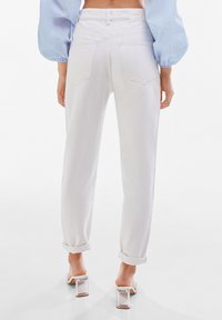 Bershka - MOM FIT JEANS - Jeans baggy - white - 2