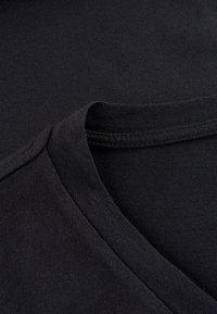 Phyne - THE V-NECK - T-shirt basique - black - 4