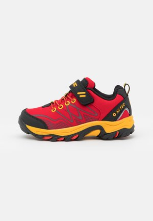 BLACKOUT LOW UNISEX - Obuwie hikingowe - red/black/yellow