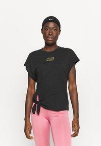 Nike Performance - DRY TIE - Print T-shirt - black/metallic gold - 0