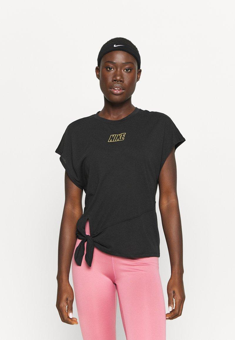 Nike Performance - DRY TIE - Print T-shirt - black/metallic gold