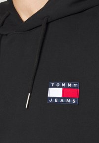 Tommy Jeans - BADGE HOODIE - Felpa con cappuccio - black - 4
