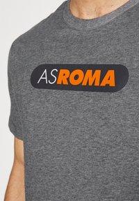 Nike Performance - AS ROM DRY TEE GROUND - T-shirt imprimé - charcoal heathr - 5