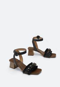 Uterqüe - RAPHIA-SANDALEN MIT SCHMUCKSTEINEN 15525580 - Ankle cuff sandals - black - 1