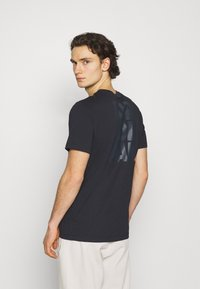 Jordan - CREW - Print T-shirt - black/gym red - 2
