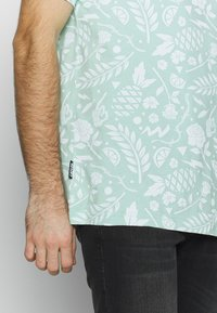 Cayler & Sons - LEAVES WIRES TEE - Print T-shirt - mint - 5
