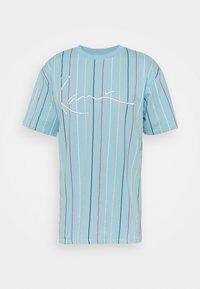 Karl Kani - SIGNATURE PINSTRIPE TEE UNISEX - Print T-shirt - light blue - 0
