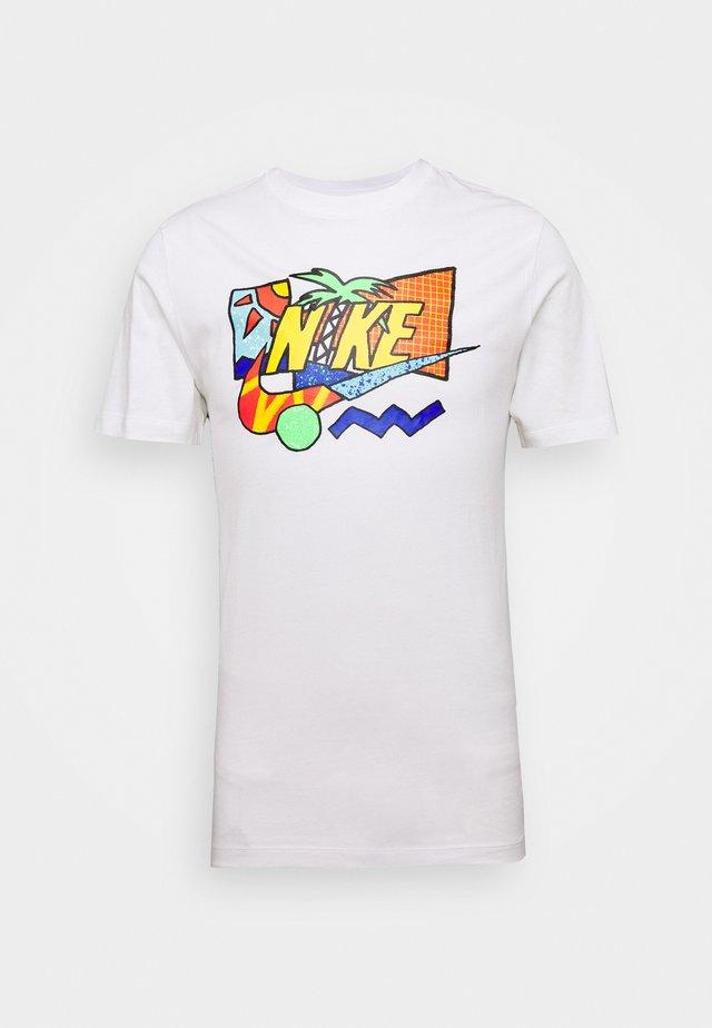 TEE SUMMER FUTURA - Camiseta estampada - white