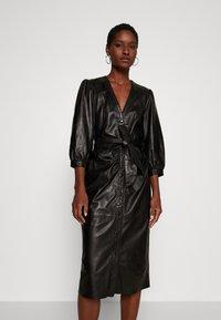 Ibana - DORA DRESS WITH  BELT - Pouzdrové šaty - black - 0