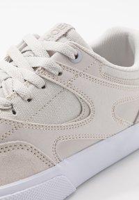 DC Shoes - KALIS VULC UNISEX - Zapatillas - grey/white - 5