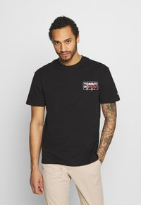 Tommy Jeans - SCRIPT BOX BACK LOGO TEE UNISEX - T-shirt con stampa - black - 0