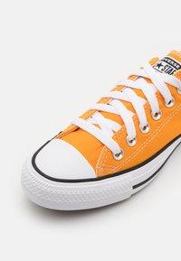 Converse - CHUCK TAYLOR ALL STAR SEASONAL COLOR UNISEX - Sneakersy niskie - kumquat - 5