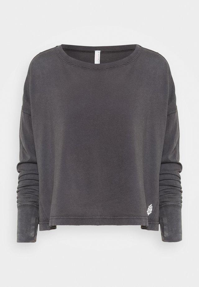 VICTORY LAP LONGSLEEVED - Long sleeved top - black