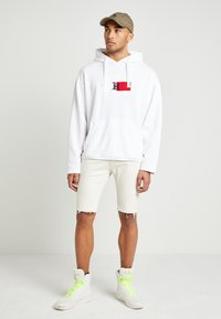 Tommy Hilfiger - UNISEX LEWIS HAMILTON RED BOX LOGO HOODY - Hoodie - white - 2
