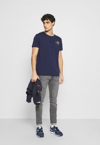 GANT - ARCHIVE SHIELD - T-shirt med print - evening blue