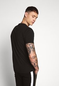 Kent & Curwen - ROSE PATCH ICON - Print T-shirt - black - 2