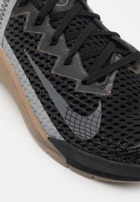 Nike Performance - METCON 6 UNISEX - Sports shoes - black/iron grey/dark brown - 5