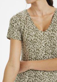 Kaffe - Žerzejové šaty - grape leaf / tapioca flower - 3