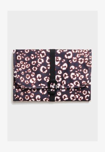 LARGE TRAVEL WASHBAG - Wash bag - leopard print