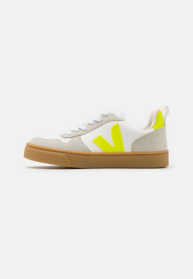 SMALL V10 LACES UNISEX - Trainers - white/jaune fluo