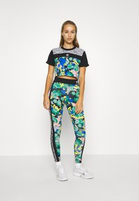 adidas Originals - CROPPED TEE - Camiseta estampada - multi coloured