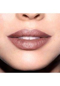 Revlon - SUPER LUSTROUS MATTE LIPSTICK - Lipstick - N°420 blushed - 2